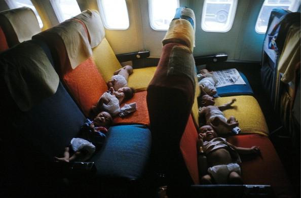 Những trẻ em Việt Nam trong chuyến bay từ Sài Gòn đến thành phố San Francisco ở Mỹ, tháng 4/1975. Ảnh: AFP