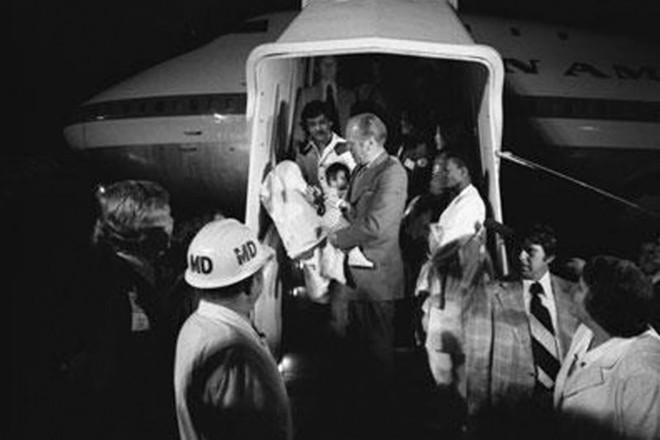 Tổng thống Gerald R. Ford bế một em bé Việt Nam khi máy bay hạ cánh ở Mỹ. Ảnh: Daily Beast