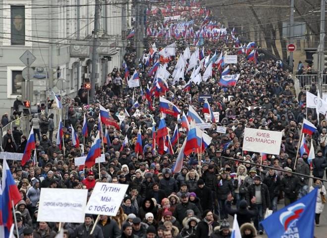 Người dân tập trung tuần hành ở trung tâm Moscow (Nga) ngày 2/3/2014 để thể hiện sự ủng hộ với người Crimea và Ukraine, và phản đối chính sách của chính quyền mới của Ukraine.