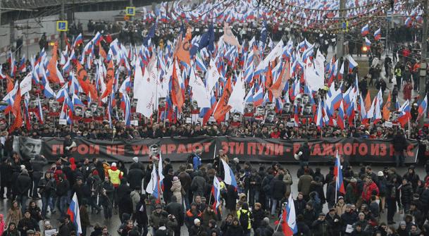 """Người biểu tình tại Moscow với biểu ngữ """"Anh hùng sẽ không bao giờ chết cả""""."""