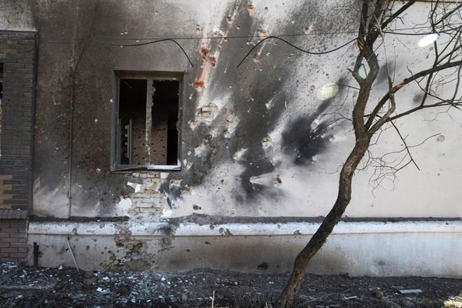Có thể thấy rõ các vệt khói đen của pháo đạn trên bức tường này.