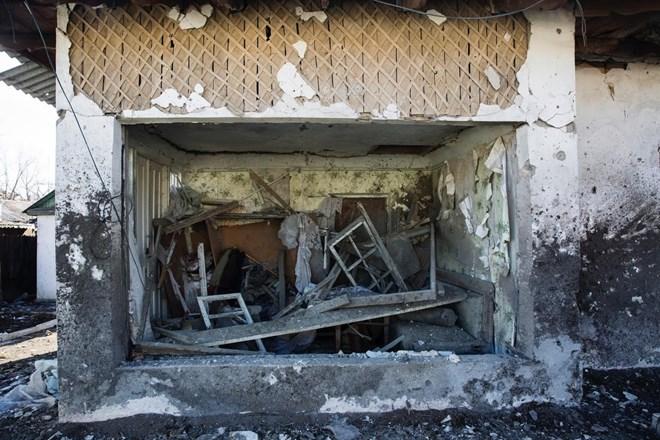 Một ngôi nhà khác bị tàn phá nặng nề hơn.