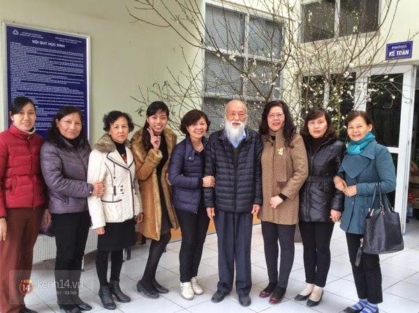 Gần đây, sức khỏe của thầy Cương rất tốt. Trong ảnh là PGS. Văn Như Cương cùng các thầy cô giáo trường THPT Dân lập Lương Thế Vinh, ảnh chụp nhân dịp Tết Nguyên đán Ất Mùi - (Ảnh: NVCC).