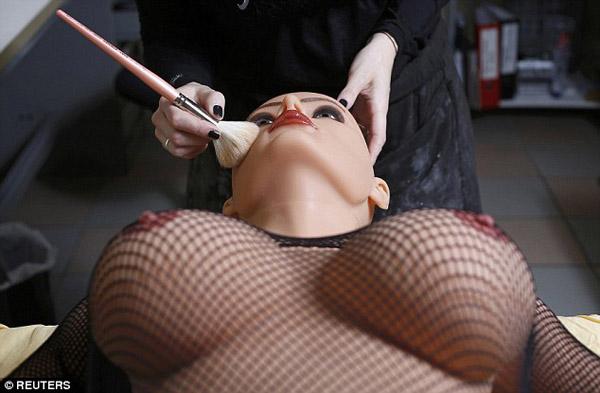 Con búp bê trông thật và quyến rũ lên rất nhiều dưới bàn tay biến hóa của Raphaela, một nhân viên làm việc tại công ty.