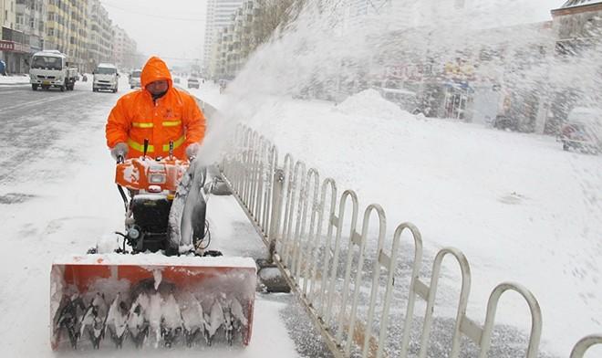 Công nhân vệ sinh đường phố thường xuyên phải làm việc vất vả nhưng chỉ nhận mức lương thấp. Ảnh: Xinhua
