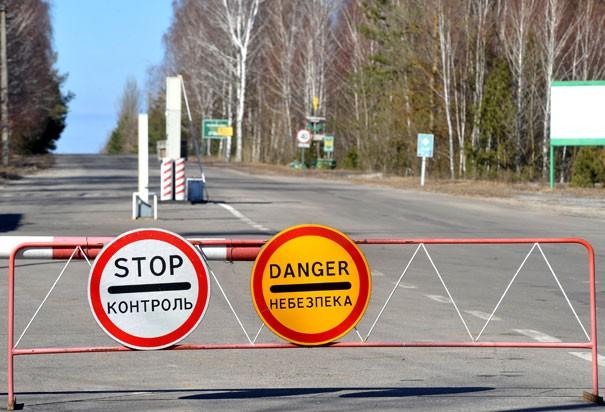 """Giới chức Ukraine thiết lập """"Vùng cách ly"""" - khu vực có bán kính 30 km từ tâm lò phản ứng hạt nhân số 4. Mọi hoạt động ra, vào khu vực diễn ra dưới sự giám sát của lực lượng an ninh. Ảnh: AFP"""