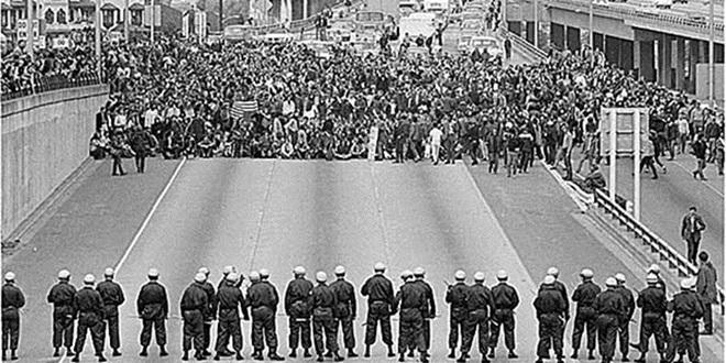 Hàng nghìn sinh viên Đại học Washington, Mỹ chiếm đóng một đường cao tốc ngày 5/5/1970. Ảnh: Tomhayden