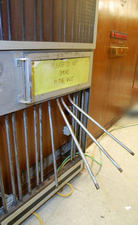 Cánh cửa vào tầng hầm bị phá. (Nguồn: dailymail.co.uk)