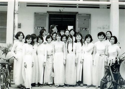 Nữ sinh Sài Gòn với những mái tóc ngắn tân thời và chiếc áo trắng chiết eo con kiến.