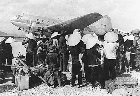 Máy bay C46 của AA chở người di cư từ miền Bắc vào Nam.
