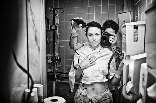 Nhiếp ảnh gia Angelo Merendino đang cạo đầu cho vợ sau thời gian hóa trị ung thư.