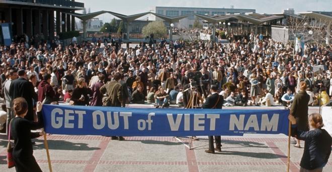 Một nhóm sinh viên nữ tại Đại học California, Berkeley, Mỹ, biểu tình phản đối chiến tranh Việt Nam. Phần lớn phong trào chống chiến tranh bắt đầu từ các trường đại học với các tổ chức như Sinh viên vì một Xã hội Dân chủ (SDS). Ảnh:history.com