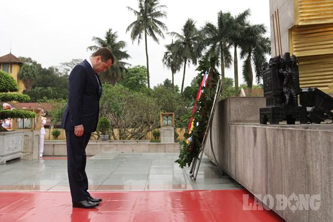 Sáng nay (6.4), Thủ tướng Medvedev đã tới đặt vòng hoa tại Đài tưởng niệm các anh hùng liệt sỹ. Ảnh: Hải Nguyễn.