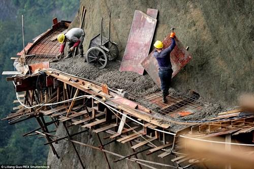 Bắt đầu khởi công từ năm 2011, con đường vách núi dài gần 2km ở Pingjiang County, tỉnh Hồ Nam Trung Quốc đang được các nhà chức trách nước này hy vọng sẽ thu hút được hàng ngàn du khách tới đây ngắm cảnh. Tương lai mở ra có vẻ sáng lạn nhưng thực tế việc xây dựng lại vô cùng nguy hiểm.