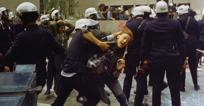 Cảnh sát xử lý một cuộc biểu tình tại Đại học George Washington năm 1971. Ảnh: history.com