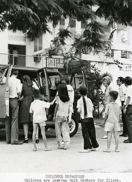 """Những đứa trẻ rời khỏi quê hương trong """"Chiến dịch Không vận trẻ em"""" năm 1975 bao gồm trẻ sơ sinh, trẻ mới biết đi cho đến vài tuổi."""