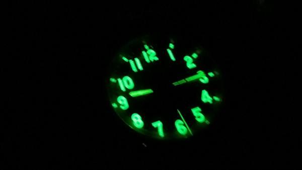 Chiếc đồng hồ phóng xạ bị bắt giữ phát quang khi trời tối. Nguồn ảnh: Đồng hồ Liên Xô.