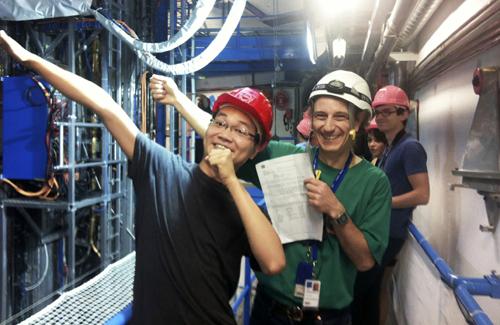 Nguyễn Quang Thông (ngoài cùng bên trái) và và giáo sư Vật lý Joseph Izen của Đại học Texas-Dallasđi thăm máy gia tốc hạt ở Trung tâm Vật lý nguyên tử châu Âu CERN. Ảnh:NVCC.