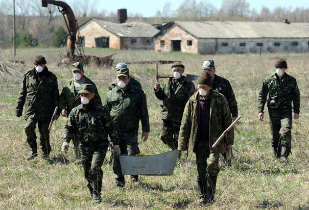 Các công nhân Belarus trồng cây trên vùng đất nhiễm xạ vào tháng 4/2011. Là một trong 3 quốc gia chịu ảnh hưởng nặng nề nhất từ thảm họa, chính phủ Belarus thực hiện các biện pháp cần thiết nhằm bảo vệ hệ sinh thái, như trồng cây xung quanh khu vực nhà máy Chernobyl nhằm ngăn gió thổi chất phóng xạ vào các vùng lân cận. Ảnh: AFP