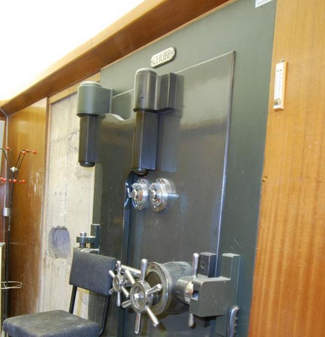 Cửa hầm an toàn mà bọn trộm đã mở được khóa. (Nguồn: dailymail.co.uk)