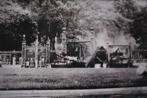 Lái xe Nguyễn Văn Tập điều khiển xe tăng húc đổ cổng chính dinh Độc Lập. (Ảnh nhân vật cung cấp)