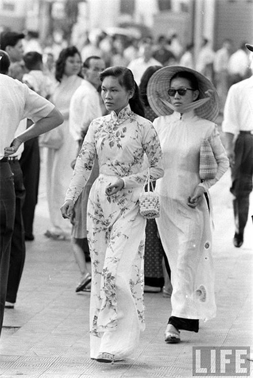 Phụ nữ nơi đây có sự nhanh nhạy trong xu hướng, họ đã biết dùng những chiếc kính mát sành điệu kết hợp với áo dài truyền thống một cách hài hòa.
