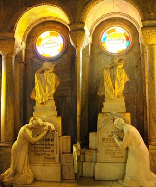 Hai ngôi mộ tượng trưng của vợ chồng Huyện Sĩ trong nhà thờ Huyện Sỹ.