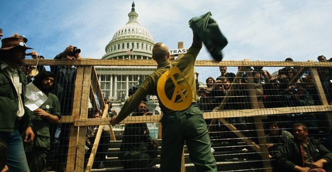 Cựu binh tại Washington D.C. phản đối cuộc chiến ở Đông Dương bằng cách vứt huy chương và đồng phục của họ qua hàng rào trước tòa nhà quốc hội Mỹ Capitol. Ảnh: history.com