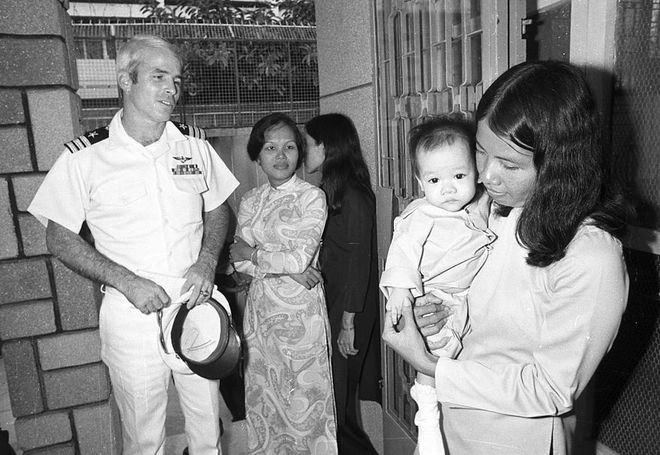 Chỉ huy hải quân Mỹ John S. McCain thăm trại trẻ mồ côi Holt ở Sài Gòn ngày 30/10/1974. Đây là nơi nuôi dưỡng nhiều trẻ em có cha là quân nhân Mỹ.