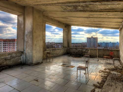 Nơi này trước khi xảy ra thảm họa là một khách sạn. Ba năm trước đây, nhiếp ảnh gia Timm Suess đã có cơ hội đến thăm thành phố Pripyat, nơi xảy ra thảm họa Chernobyl cách đây gần 26 năm. Timm sau đó viết có viết rằng Chernobyl hiện nay có khoảng 500 người, trong số đó có rất nhiều nhà khoa học. Con số 500 người này chỉ bằng 1/100 dân số trước khi thảm họa xảy ra.