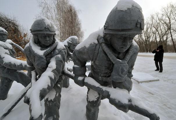 Tượng lính cứu hỏa tham gia khắc phục hậu quả trong thảm họa Chernobyl năm 1986. Họ chết vì phơi nhiễm phóng xạ chỉ vài tuần hoặc vài tháng sau sự cố. Với những nỗ lực của chính quyền địa phương và cộng đồng quốc tế, hiện nay lượng phóng xạ tại khu vực xung quanh lò phản ứng số 4 không còn cao như trước. Ảnh: AFP