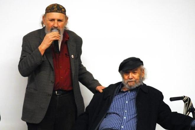 """Năm 1965, khoảng 50 giảng viên đại học tại Michigan, Mỹ tổ chức một diễn đàn để phản đối chiến tranh Việt Nam. 3.000 người tham dự sự kiện này với các hoạt động gồm tranh luận, thuyết giảng và biểu diễn âm nhạc, tất cả nhằm mục đích giáo dục cộng đồng về hòa bình. """"Điều thấy được từ sự kiện này là chúng ta có thể làm nên khác biệt chỉ trong một đêm"""", Giáo sư triết học Frithjof Bergmannm, nhà tổ chức chính của hoạt động nói. Trong ảnh, giáo sư Frithjof Bergmann (phải) và nhà hoạt động Alan Haber hồi tháng ba tham dự lễ kỷ niệm 50 năm tổ chức sự kiện này. Ảnh: Michigandaily"""