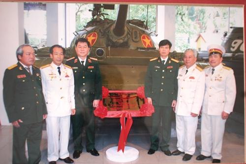 """Chụp hình lưu niệm bên xe tăng 390 trở thành """"bảo vật quốc gia""""."""