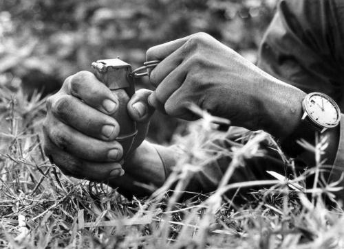 Người lính chuẩn bị kích hoạt kíp nổ một quả mìn trong một cuộc giao tranh, tháng 8/1968. (AP/ The Atlantic)
