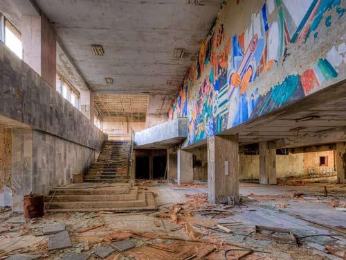 Lượng phóng xạ phát ra từ vụ nổ nhà máy lớn gấp 400 lần sơ với quả bom nguyên tử được ném xuống thành phố Hiroshima của Nhật Bản ngày 6/8/1945. Đây được coi là thảm họa nguyên tử kinh hoàng nhất trong lịch sử. Thảm họa đã biến Chernobyl thành nơi tan hoang như trong ảnh trên.