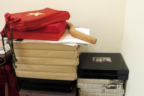Những cuốn sách về Việt Nam được bọc trong lá cờ đỏ sao vàng.