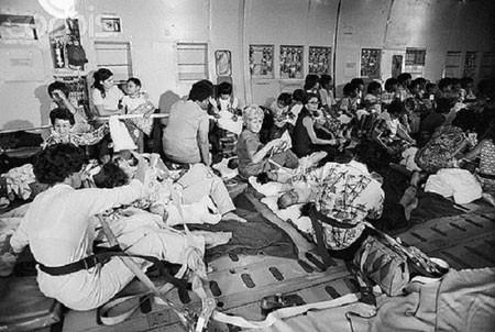 Trẻ em Việt Nam trong một chiếc C5A- loại máy bay vận tải quân sự lớn nhất thời bấy giờ. Quân đội Mỹ điều động các chuyên cơ C5A để chở hàng nghìn trẻ em Việt rời quê hương trong chiến dịch Không vận Trẻ em (Operation Babylift) hồi tháng 4/1975. Do đây là máy bay chở hàng nên mọi người không có ghế để ngồi. Ảnh: Corbis