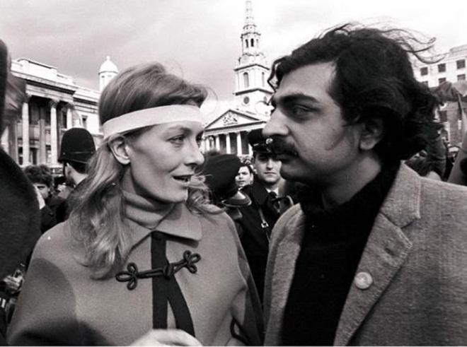 Tariq Ali (phải), lãnh đạo Phong trào Việt Nam Đoàn kết tại Anh, và nữ diễn viên Vanessa Redgrave thông báo với người biểu tình rằng họ sẽ đưa thư phản đối đến Đại sứ quán Mỹ. Ảnh: home.bt.com