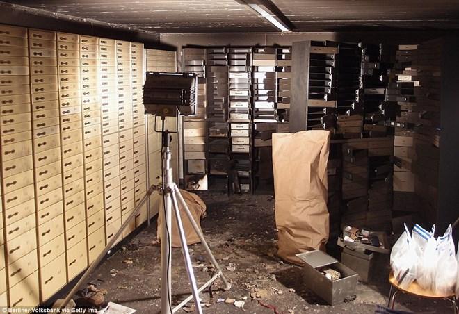 Trong vụ trộm ngân hàng Volksbank ở Berlin, nhóm trộm đã lấy đi số vàng bạc và kim cương trị giá 8,3 triệu bảng Anh. (Nguồn: dailymail.co.uk)