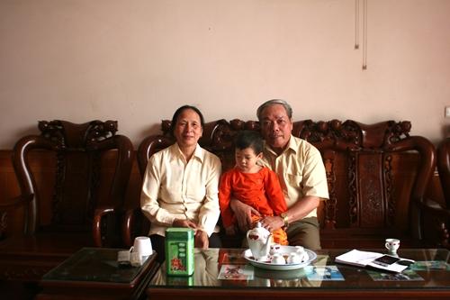 Ông Tập bên người vợ thủy chung và cháu ngoại.