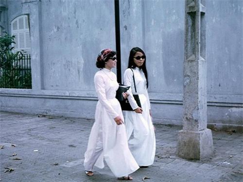 Áo dài, kính đen,và những phụ kiện thời trang hết sức cấp tiến được phổ biến ở Sài Gòn gần nửa thế kỷ trước mang lại vẻ đẹp tân thời vô cùng đáng nhớ.