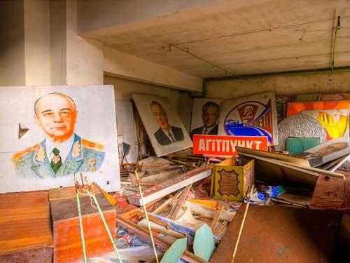 Khi Sueuss được hướng dẫn viên du lịch dẫn tới Cung điện Văn hóa, anh được xem rất nhiều chân dung của các nhà lãnh đạo đảng cộng sản.