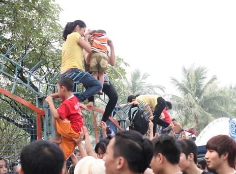Các bà mẹ cũng cố leo trèo, và đỡ theo con