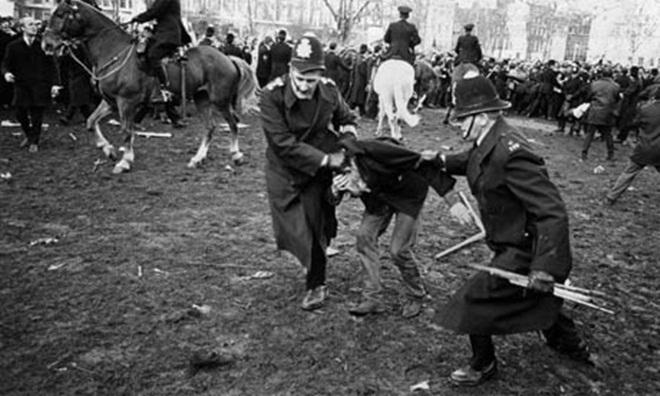 Hai người sau đó dẫn đầu khoảng 8.000 người biểu tình đến trước cửa Đại sứ quán Mỹ, nơi được hàng trăm cảnh sát bao quanh bảo vệ. Nhóm của Redgrave được phép chuyển thư, nhưng đám đông bị chặn lại. Cảnh sát dùng đất đá, pháo và bom khói để giải tán đám đông. Khoảng 300 người bị bắt giữ, hơn 50 người biểu tình và 25 cảnh sát phải nhập viện. Ảnh: The Guardian