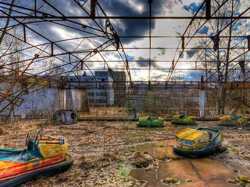 Đây là Công viên giải trí Pripyat. Trong đó, cỏ cây héo úa, vài chiếc ô tô đồ chơi còn sót lại. Ngoài các nhà khoa học, ở Chernoby còn có nhiều công nhân hiện vẫn làm việc trong các nhà máy để làm sạch hoàn toàn chất phóng xạ trong cho tới năm 2020.