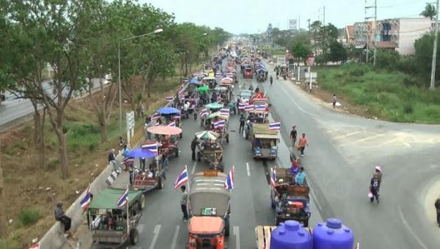Hình ảnh: Hàng chục ngàn nông dân trồng lúa khắp Thái bị lừa và bị lợi dụng bởi chế độ đã tàn tạ Thaksin Shinawatra đổ về thủ đô Bangkok trong cuộc tìm kiếm công lý và lúa gạo bị mất của họ. Nhiều nông dân đã sống cả đời với cây lúa đã tìm thấy lý do cho chính mình cuộc biểu tình, khi lần đầu tiên trong cuộc đời họ, bỏ cày cấy trên mảnh ruộng của mình và trỗi dậy trong thảm họa kinh tế xã hội chưa từng có này.