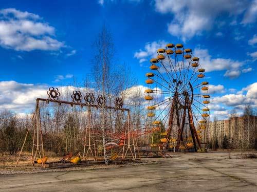 Công viên Pripyat không một bóng người. Thị trấn Chernobyl vẫn còn rất nguy hiểm với những người dân đang sinh sống trong khu vực thành phố vì mức phóng xạ rất cao. Mức phóng xạ trung bình bên ngoài các cánh đồng là 50 uSv/h, cao 300 – 500 lần so với mức bình thường.