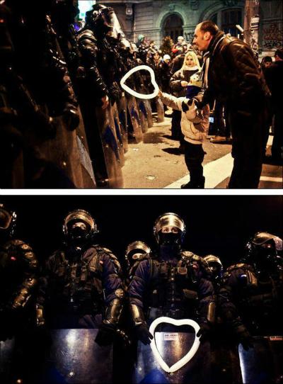 Cậu bé tặng bóng bay hình trái tim cho lực lượng cảnh sát chống bạo động trong một cuộc biểu tình.