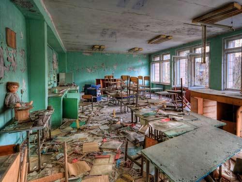 Lớp học tan hoang.