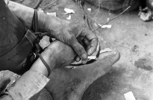 Người lính Giải phóng hút thuốc trong lúc trả lời thẩm vấn sau khi bị bắt giữ, tháng 8/1968. (AP/ The Atlantic)